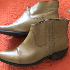 Tan leather shoe/ ankle boots